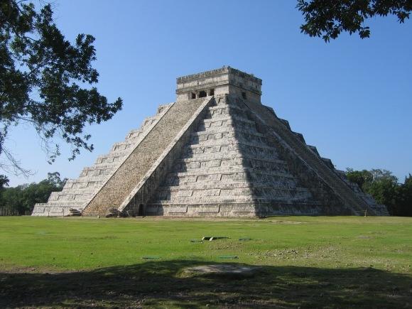 As pirâmides de degraus extremamente decoradas em Chichen-Itza